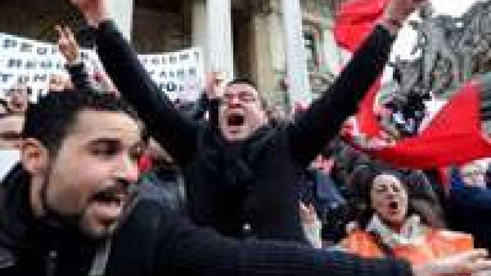 Tunisia, agenti e manifestanti protestano insieme