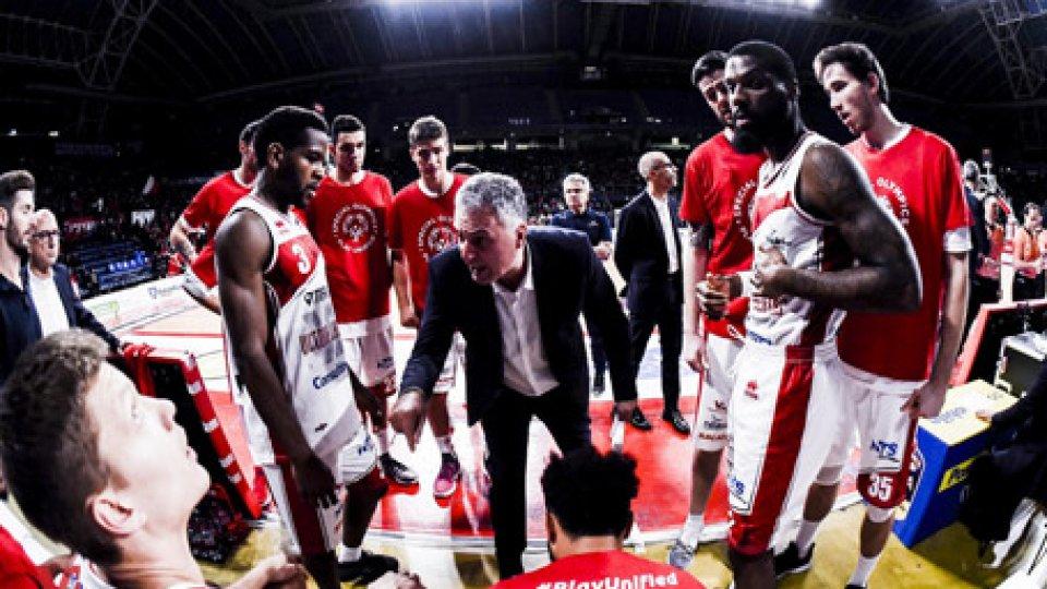 Il coach Galli con la squadraSpettacolo Cremona, VL Pesaro ko 122-106 in casa