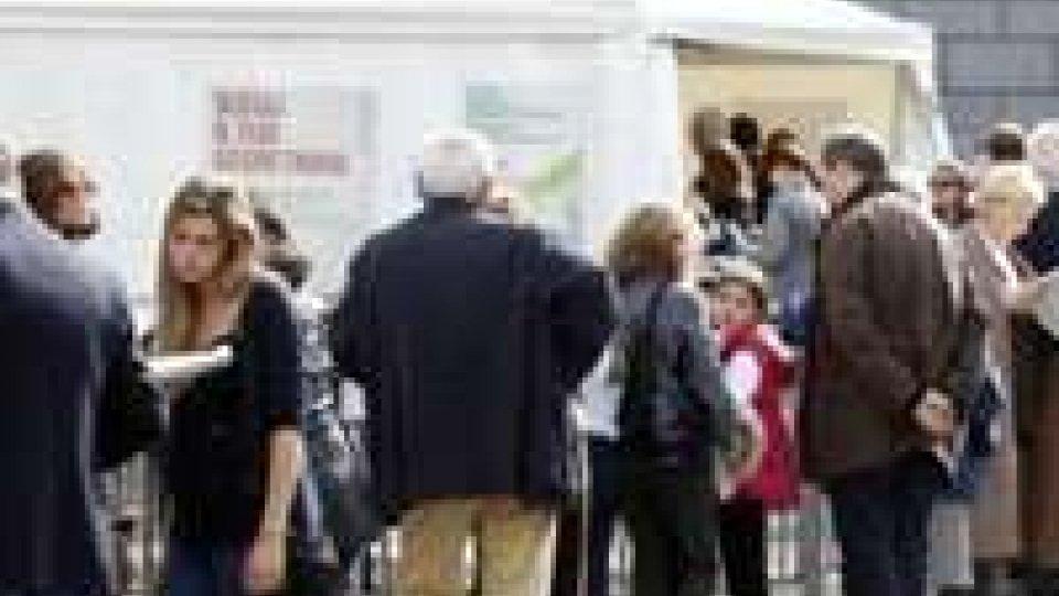 Primarie Pd: alle 12 un milione di elettori, polemiche sul voto