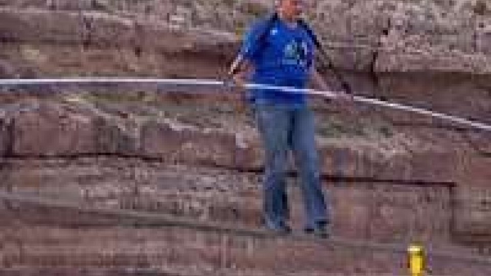 Il funambolo Nik Wallenda attraversa il Grand Canyon