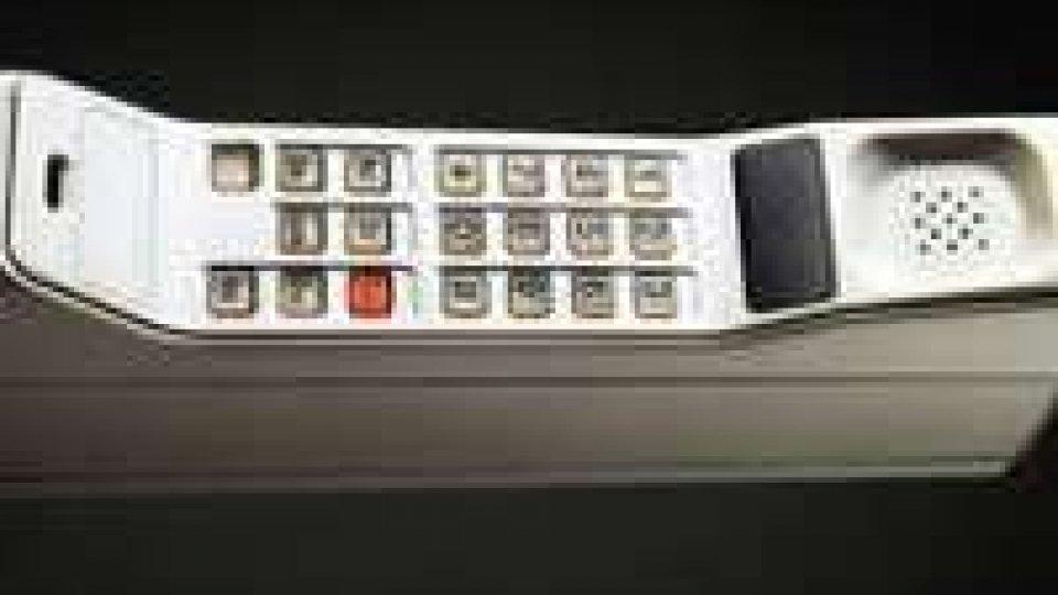 Il telefono cellulare compie 40 anni. Ha modificato il linguaggio, il galateo e anche il lavoroIl telefono cellulare compie 40 anni. Ha modificato il linguaggio, il galateo e anche il lavoro