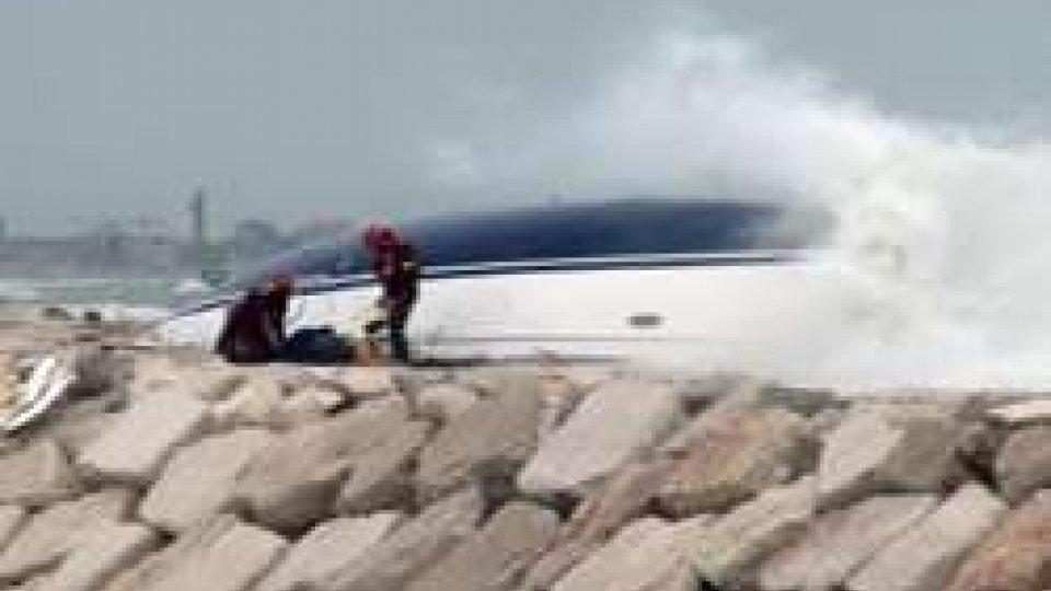 Barca sugli scogli: ritrovati i corpi dei dispersi