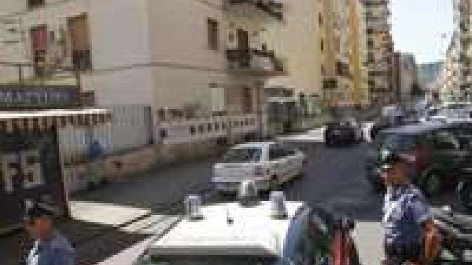 Napoli: palpeggia bimba in cartoleria, folla tenta di linciarlo