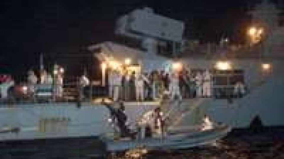 Tragedia a sud di Lampedusa: naufraga gommone, 18 morti.
