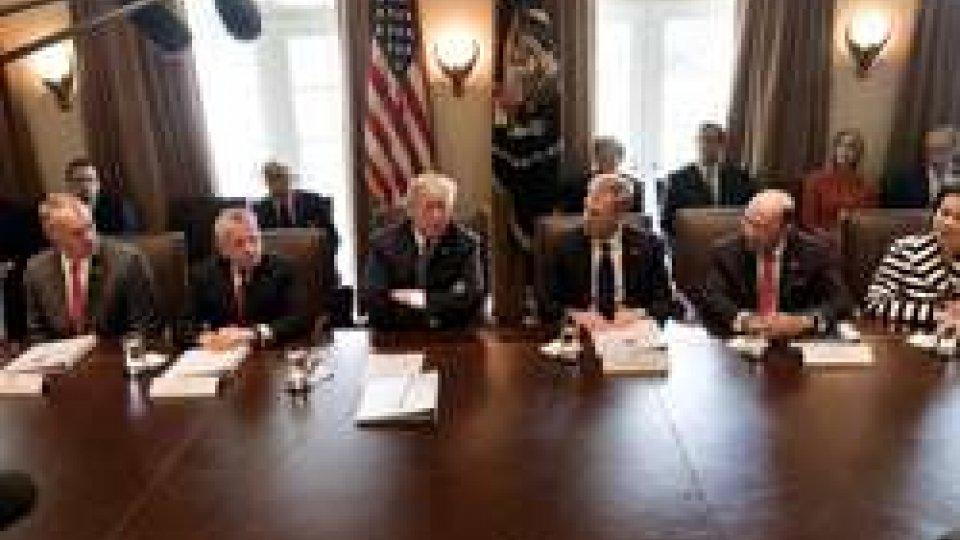Trump con il suo staffSiria: imminente strike statunitense. Messaggi minacciosi da Trump