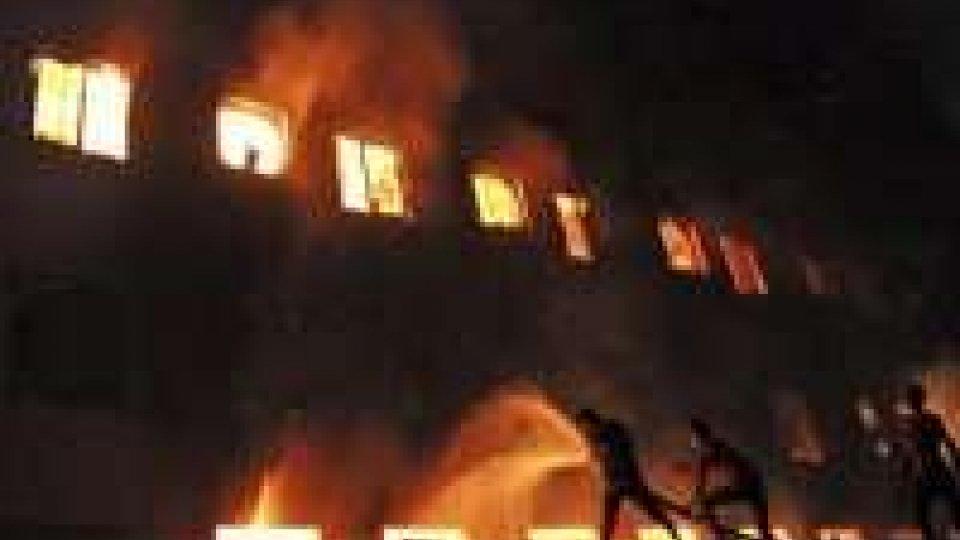 Bangladesh: oltre 120 morti per incendio in fabbrica vestiti