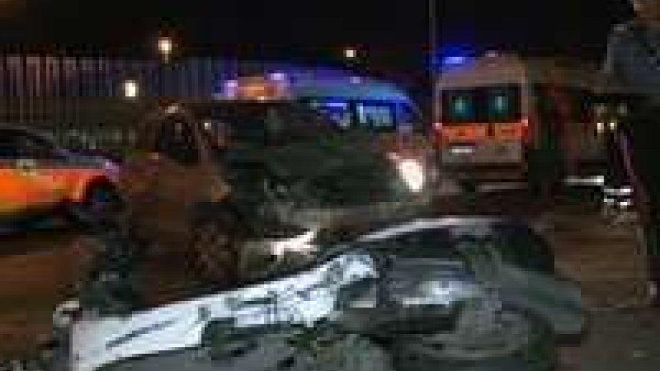 Incidente stradale nella notte a Rimini: gravi due scooteristi