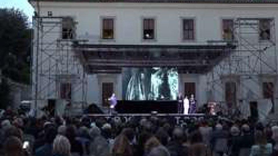 La cerimonia a Villa MediciGlobo d'Oro, la Stampa Estera premia migliori attori Toni Servillo, Luca Marinelli e Paola Cortellesi