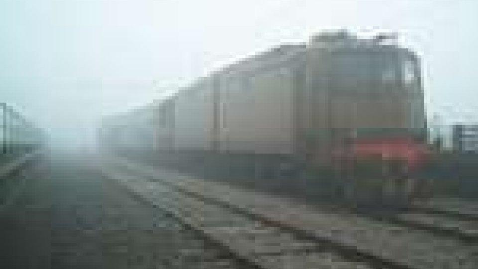 Gru aggancia cavi dell'alta tensione: bloccata linea Rimini-Ravenna