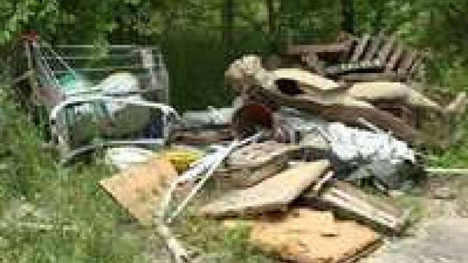 Rifiuti abbandonati, una discarica abusiva nei pressi del parco LaialaUn'altra discarica di rifiuti nei pressi del parco Laiala
