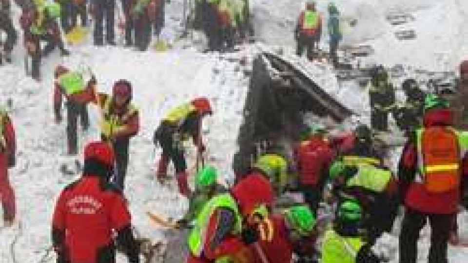 I soccorsi scavano senza sosta