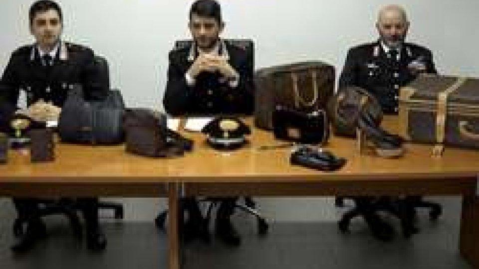 Carabinieri di Riccione con parte della refurtivaSpaccata boutique di lusso, il responsabile tradito da 'manovra'