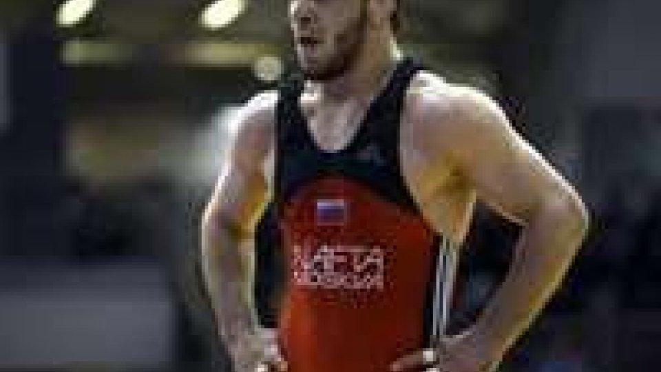 Il lottatore russo Murtazaliev. Restituisce l'oro vinto a Sydney