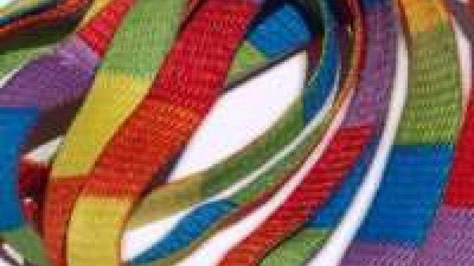 Lacci multicolore per la campagna pro-gay