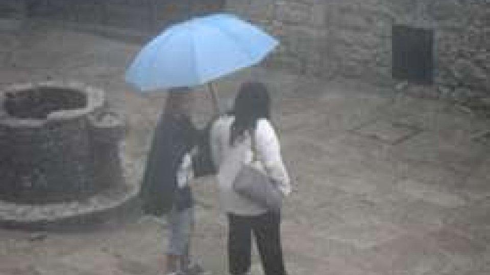 Turisti sotto la pioggia