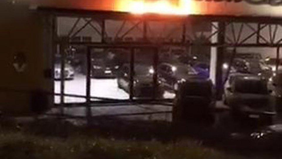 Cailungo: in fiamme l'insegna di un autosalone