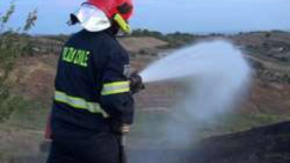 Le ultime fasi di spegnimentoSan Marino. Incendio nella notte in zona Laghi, un'ora e mezza per spegnere il rogo