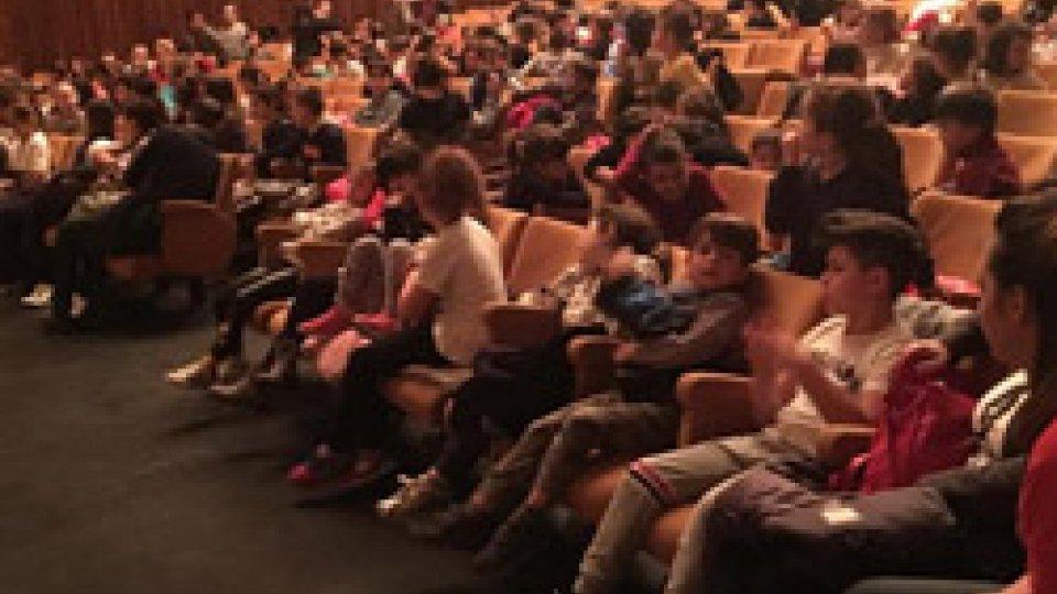 250 bambini delle Scuole elementari al Teatro Nuovo  per Diversiàmoci