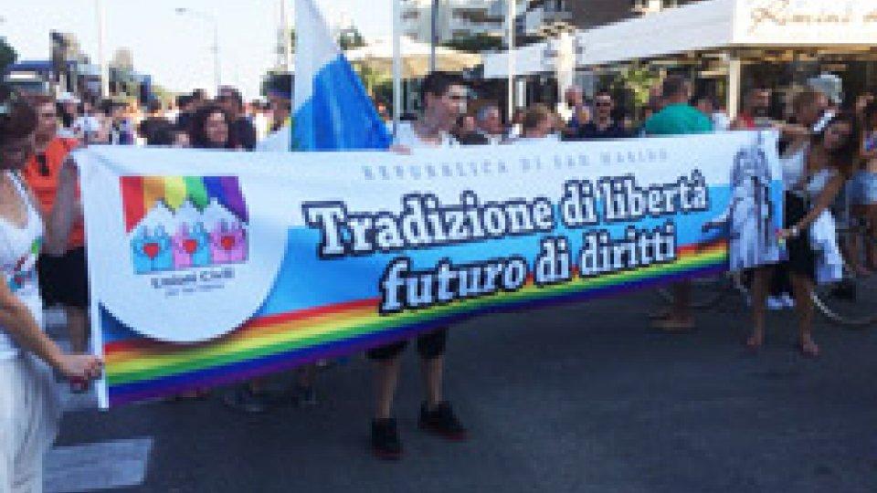 Lo striscione del Comitato Unioni Civili per San MarinoSummer Pride: a Rimini la sfilata per l'orgoglio Lgbt. Nel corteo anche un gruppo di San Marino