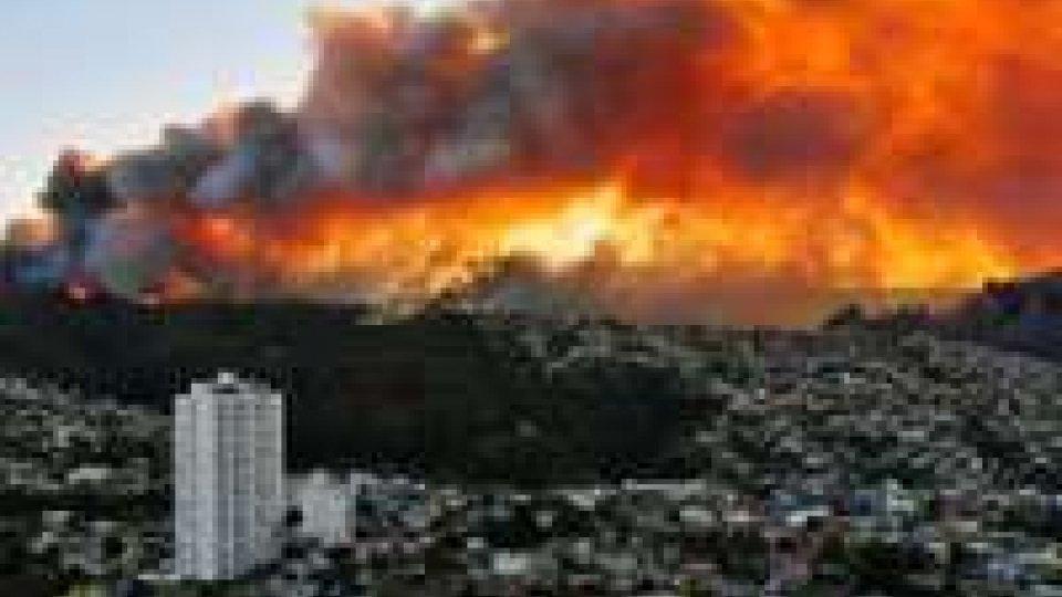 Cile: incendio a Valparaiso, è stato d'emergenza