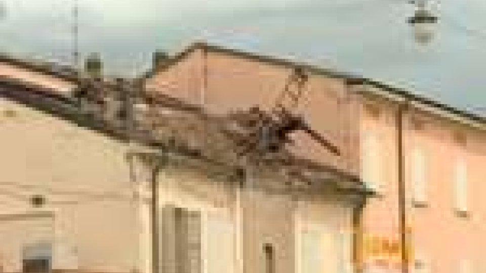 Sisma Emilia. Giornata di lutto: crollata torre NoviSisma Emilia. Giornata di lutto: piove sui terremotati. Celebrati i funerali di Don Ivan Martini