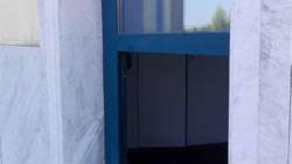la porta sfondataRovereta: grosso furto al centro commerciale 'La Piazza' all'interno della Romagna Furs