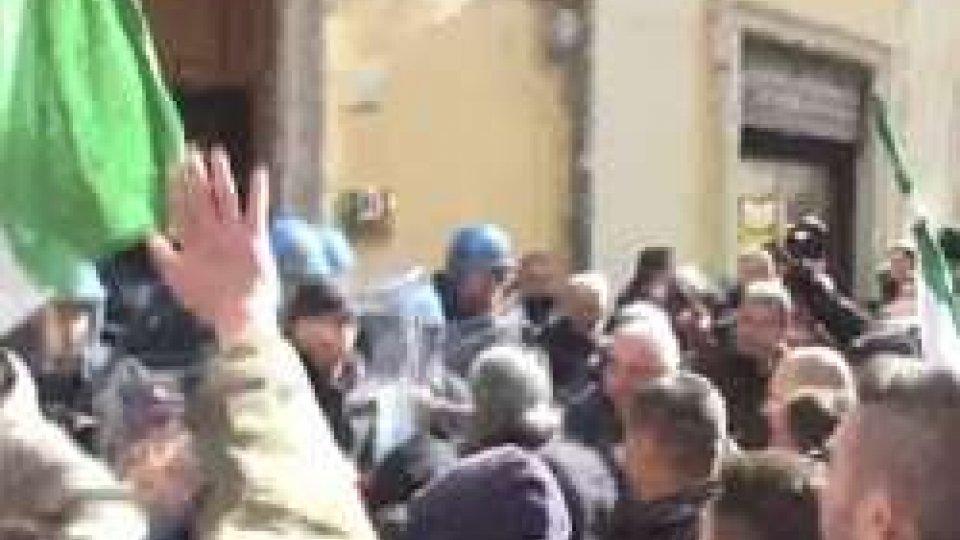 """La protesta dei tassistiScissione Pd, Emiliano ci ripensa e resta: """"Mi candido a segretario"""""""