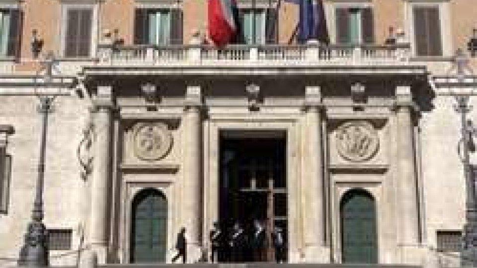 MontecitorioLa legge elettorale incassa le tre fiducie, mentre l'opposizione protesta in piazza