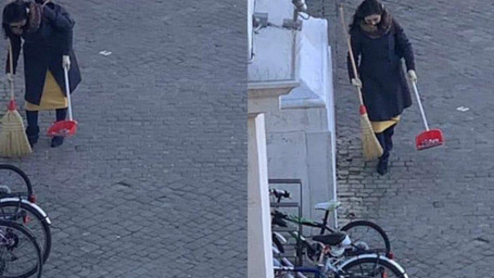 Una donna misteriosa pulisce le strade di Pesaro. Il sindaco la cerca per premiarla