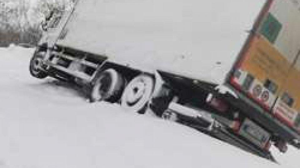 Camion in bilico sulla provincialePennabilli: Camion in bilico sulla provinciale