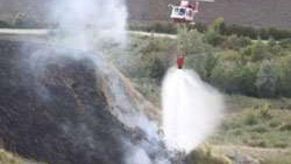 Incendio Torraccia: la sequenza fotografica dell'elicottero in azione