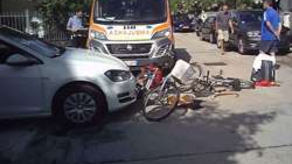 Riccione: scontro tra auto e due biciclette, ciclisti in ospedale