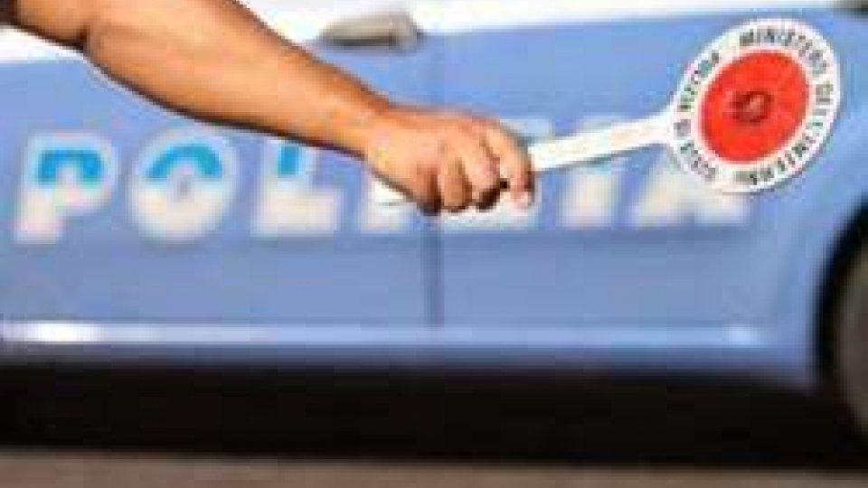 """Rimini, operazione """"Pronto Raffaella"""": in tre ore 18 automobilisti pizzicati con lo smartphone"""