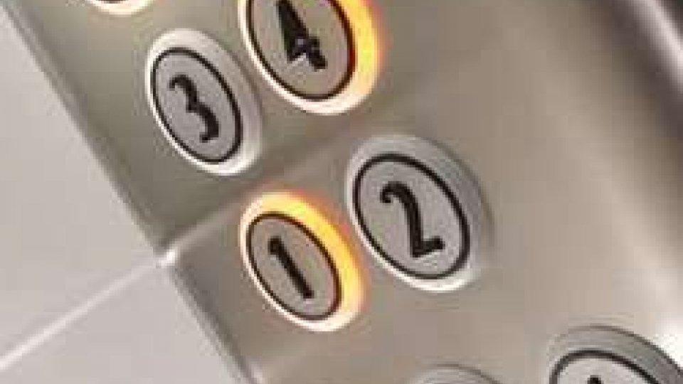 Rimini: coppia con bimba piccola bloccata in ascensore la notte Natale