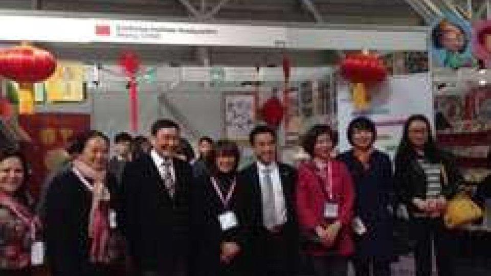i direttori dell'Istituto Confucio di San Marino, Maria Katya Sciarrino e Zhao Jun, con il consigliere dell'Ufficio Istruzione dell'ambasciata della Repubblica Popolare Cinese in Italia, Ping Luo, e i colleghi di altri istituti Confucio.