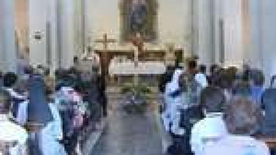 San Marino - Troppo piccola la chiesa di Montegiardino per il funerale della maestra AlcesteTroppo piccola la chiesa di Montegiardino per il funerale della maestra Alceste