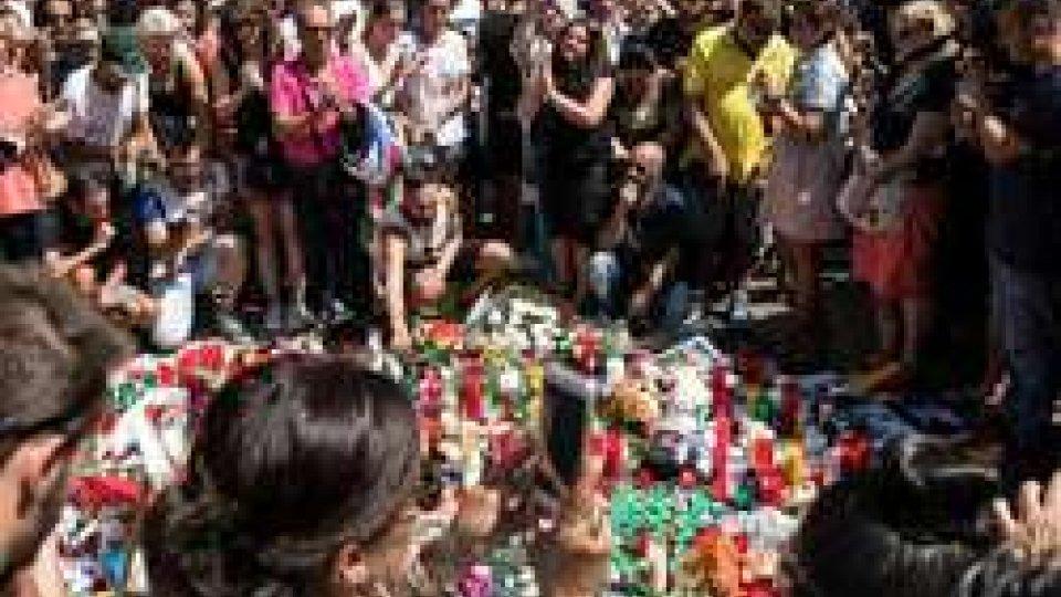 Una commemorazione sulla RamblaBarcellona: un'altra italiana tra le vittime, prosegue la caccia all'uomo