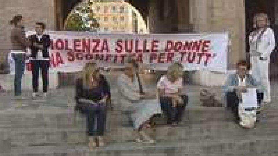 Il silenzio delle donne in piazza a RiminiIl silenzio delle donne in piazza a Rimini