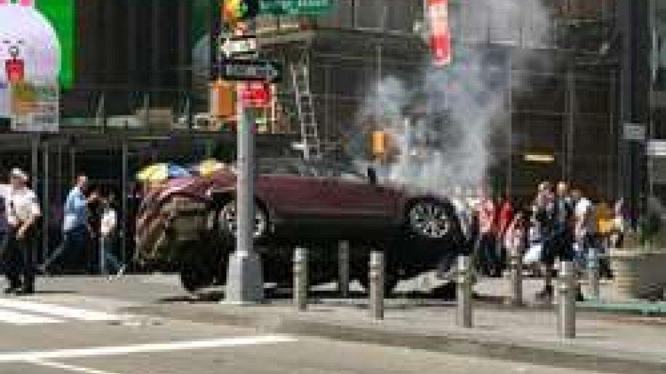 Auto contro la folla a New York