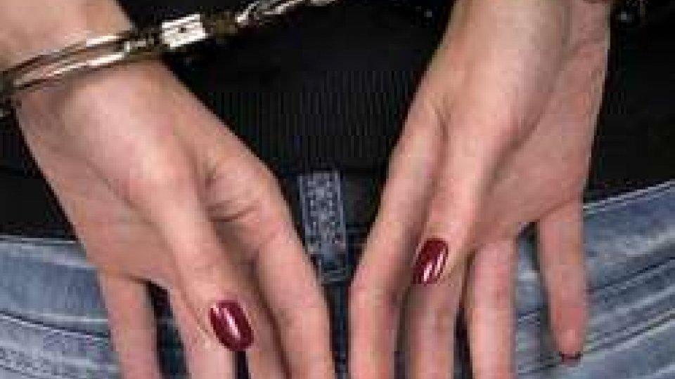 Poliziotti arrestano donna 32enne