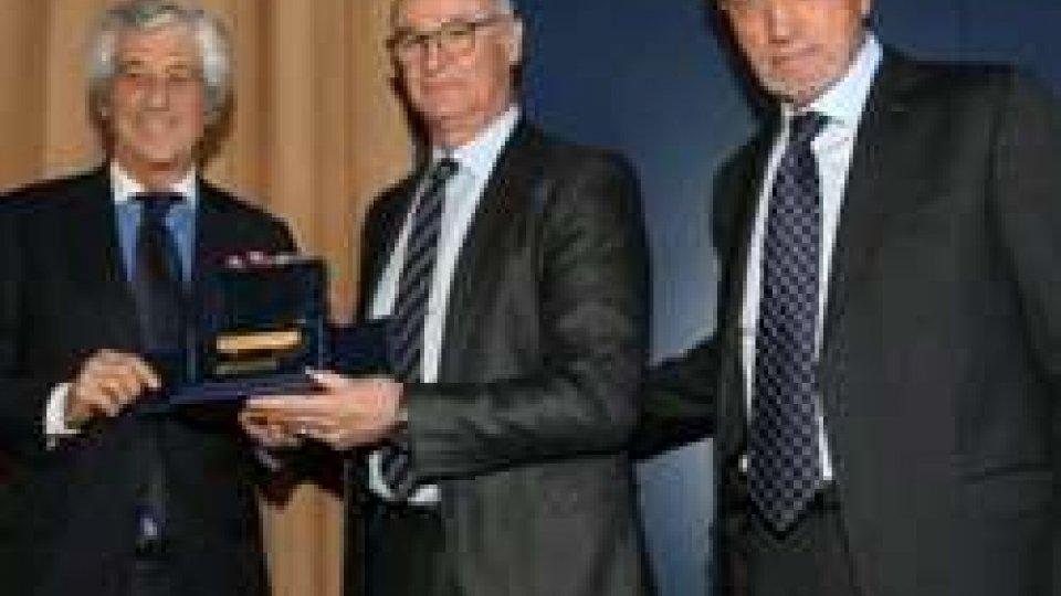 Claudio Ranieri tra Gianni Rivera e Renzo UlivieriRanieri e Pirozzi premiati a Rebibbia