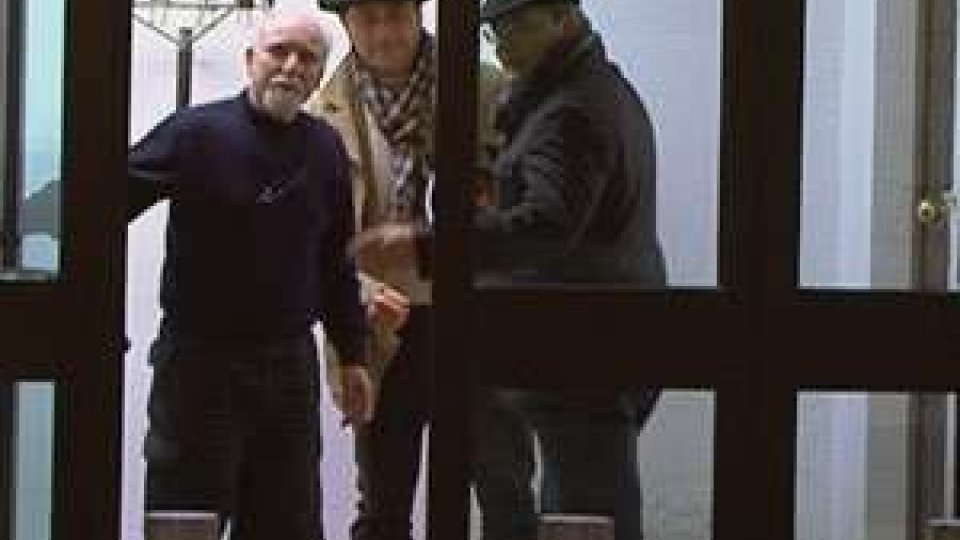 Marco Bianchini (al centro) da ieri sera in carcere a San Marino. In mattinata ha incontrato i dipendenti