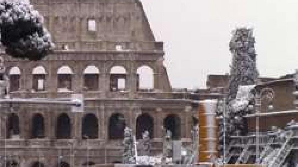 La neve a Roma: scuole chiuse, trasporti in tilt. I romani restano a casa