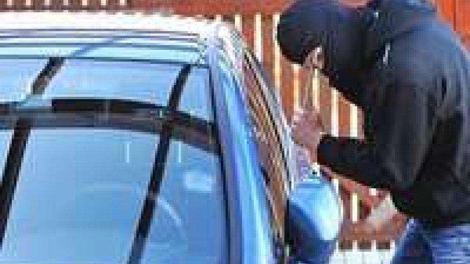 Bologna: ruba in auto, incastrato dal coltello.