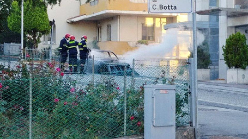L'auto in fiamme[VIDEO] Scoppio pauroso a Serravalle: auto in fiamme