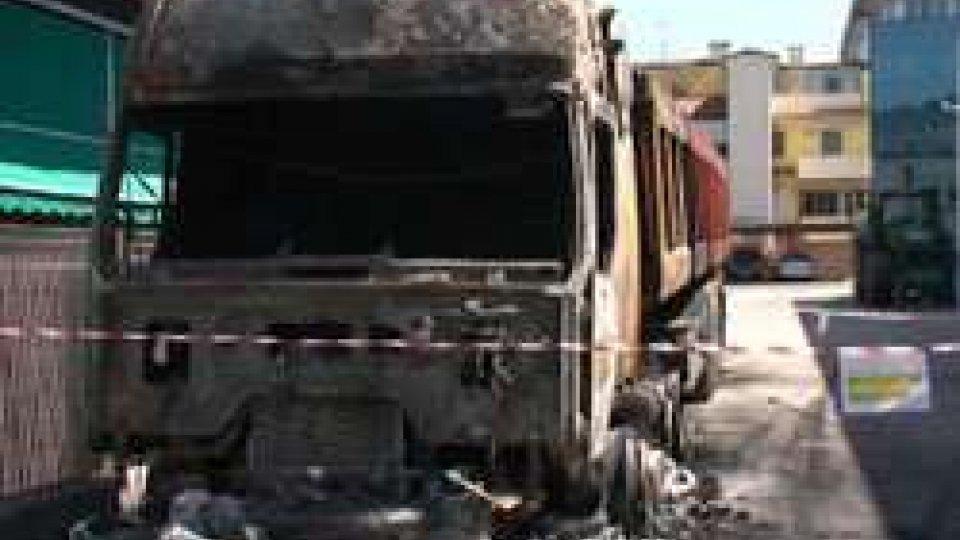 Il camion incendiatoDue incendi dolosi stanotte a Dogana bassa: camion completamente distrutto dalle fiamme