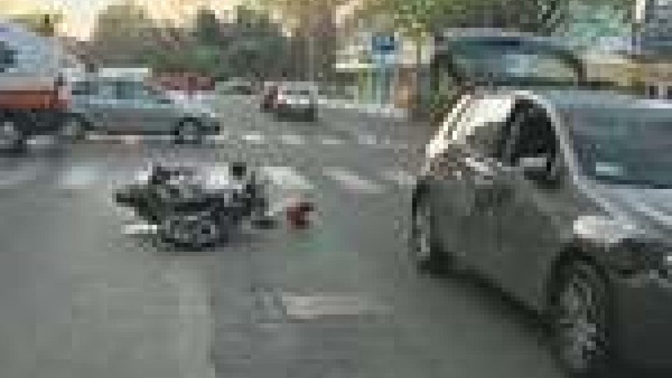 Rimini: scontro auto - scooter. Grave una 16 enne