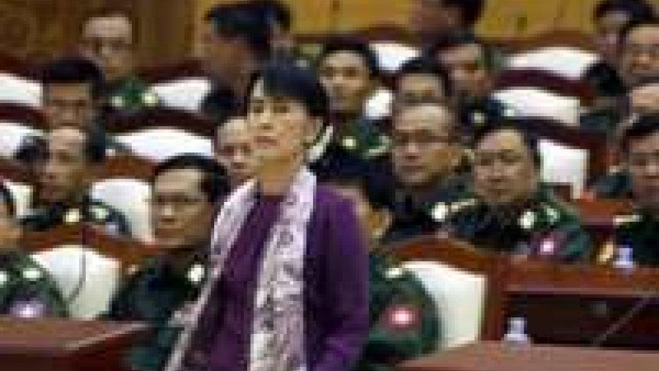 Aung San Suu Kyi ha giurato in Parlamento