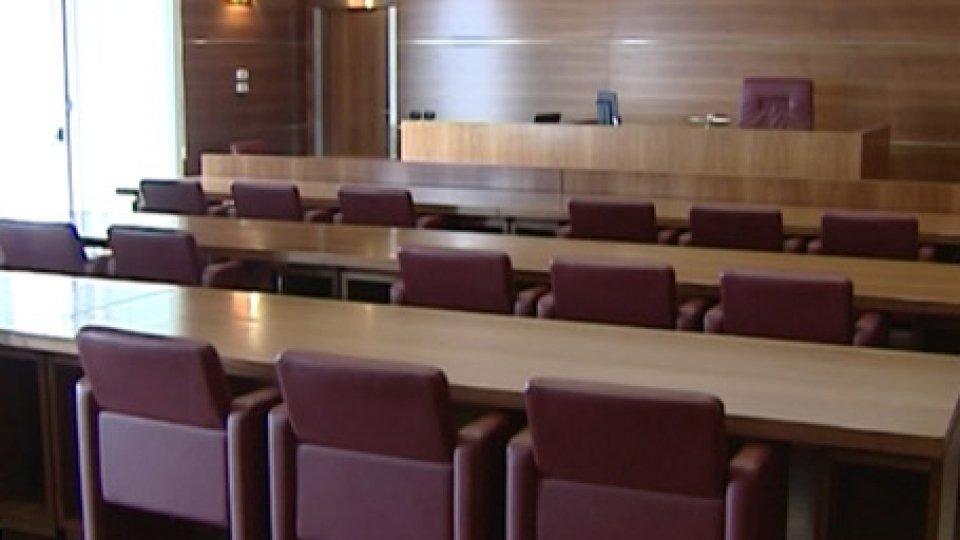 tribunaleEpilogo a sorpresa in un processo a 3 giovani sorpresi a consumare droga