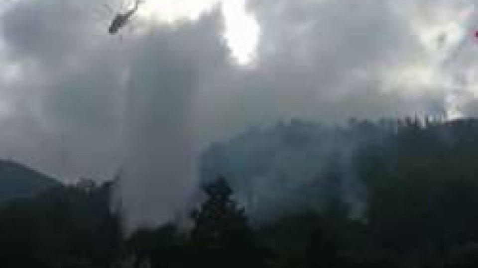 Vigili del fuoco al lavoroItalia divisa tra siccità ed incendi. A Roma vertice su emergenza idrica